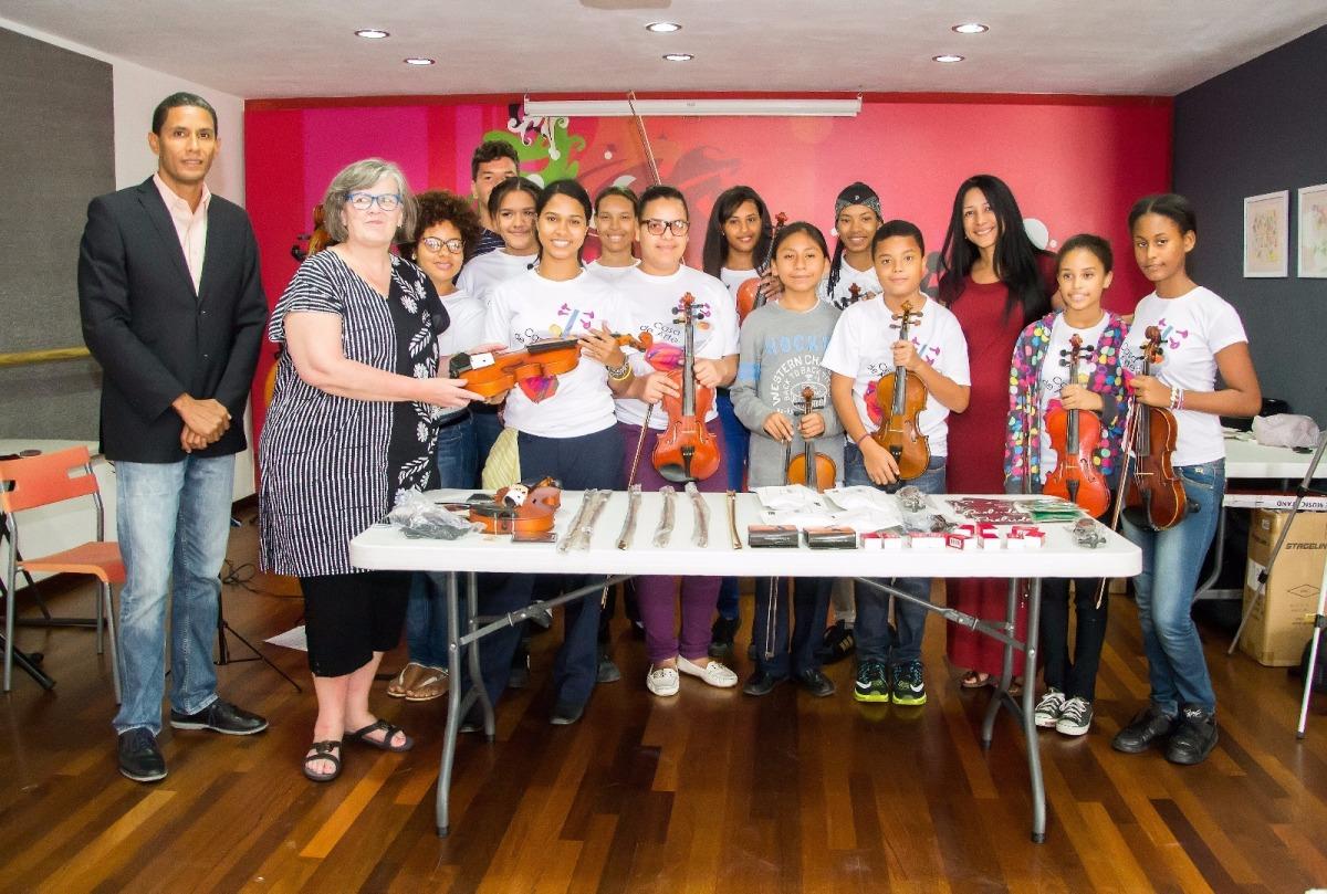 Freunde aus Boston spenden Violinen